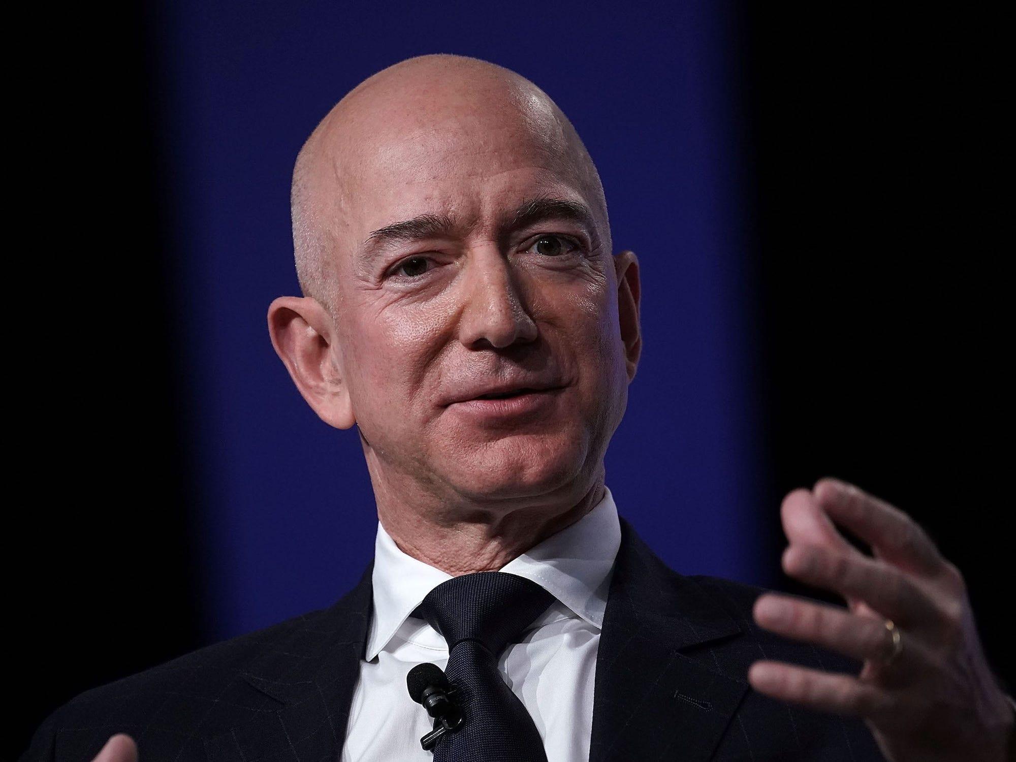 Amazon tuyen nhan vien de sa thai anh 1
