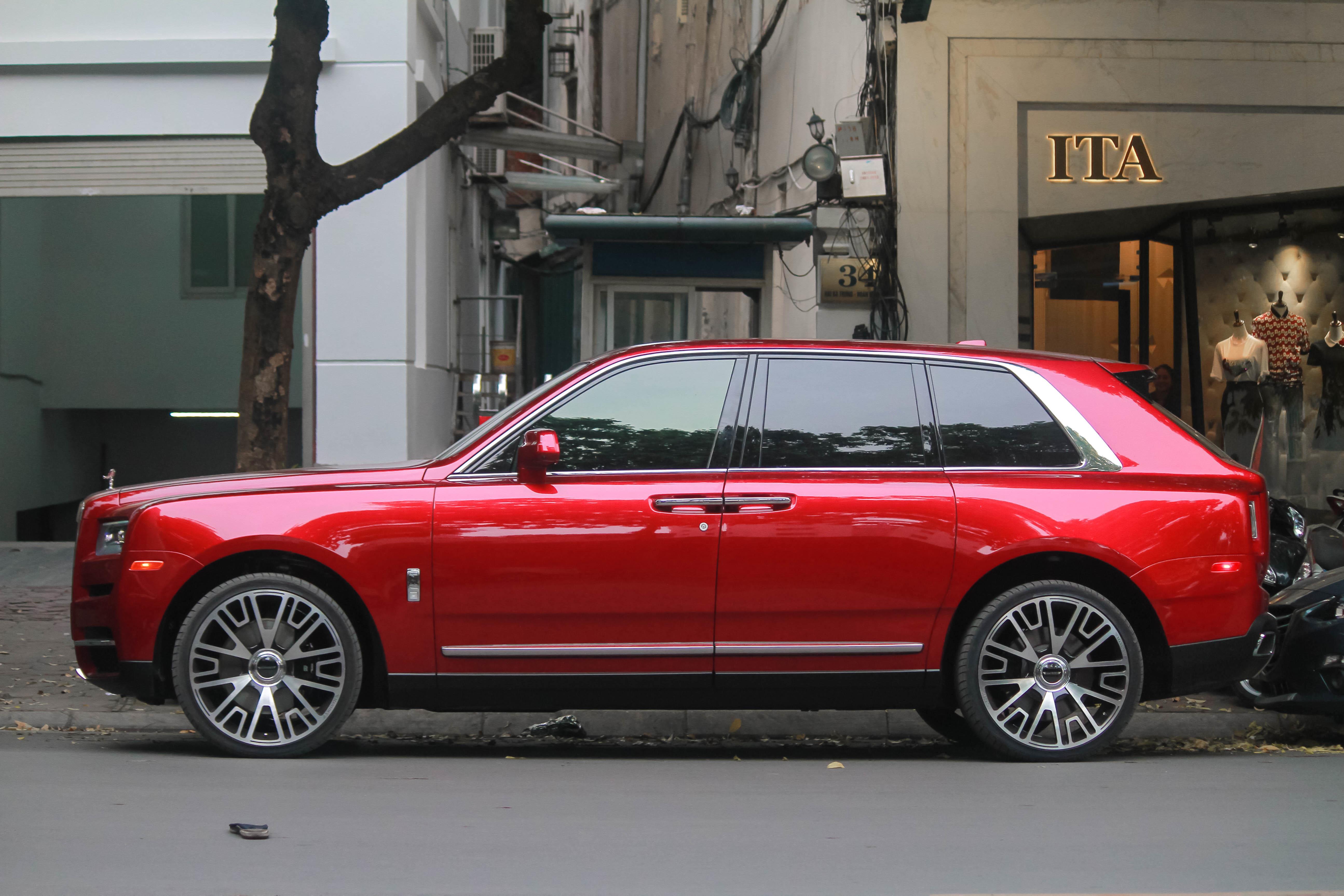 Bo doi SUV sieu sang Rolls-Royce Cullinan lan dau 'dung do' tai Ha Noi hinh anh 5