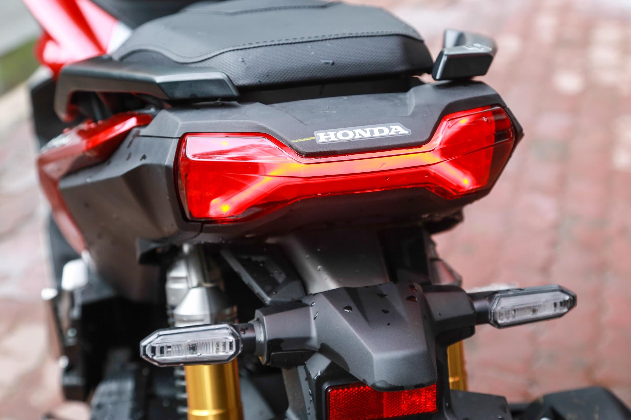xe-tay-ga-Honda-ADV-150-gia-78-85-trieu-dong-02