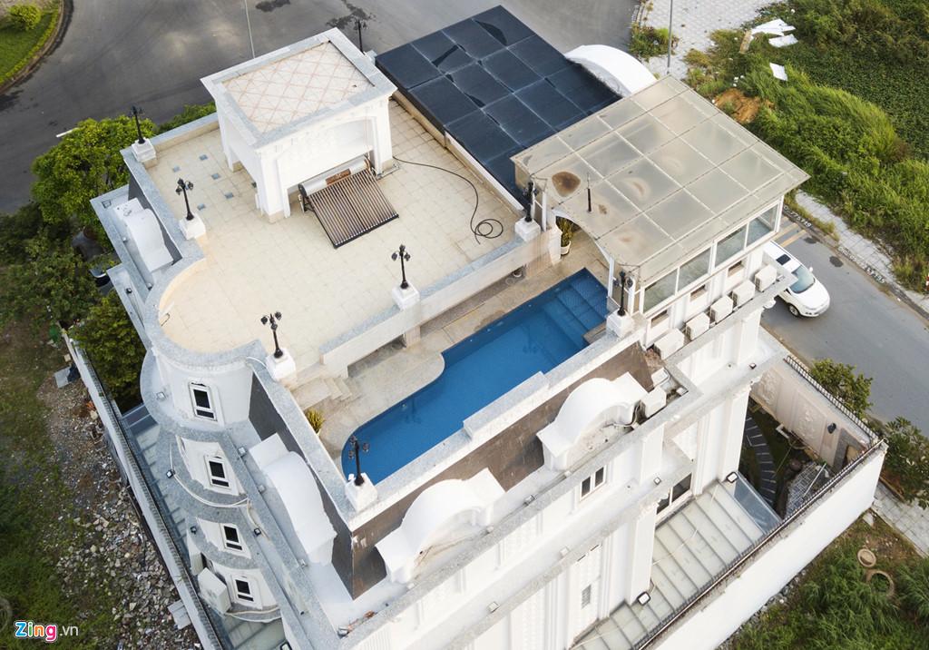 Sân thượng biệt thự của nữ diễn viên sinh năm 1982 còn được xây dựng một bể bơi với không gian khá rộng.