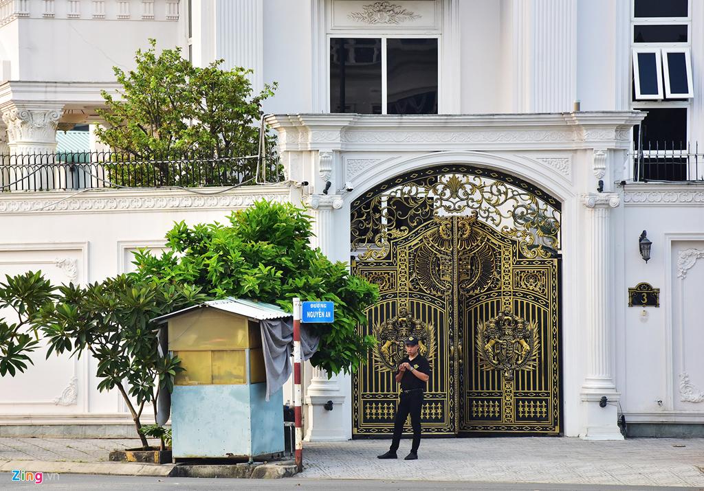 Trước cổng chính trên đường Nguyễn An, chủ nhân biệt thự lập một bốt gác cho bảo vệ canh giữ bên ngoài.