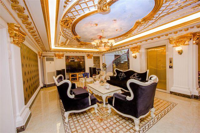Theo chia sẻ của Lý Nhã Kỳ, cô đặc biệt yêu thích kiến trúc hoàng gia châu Âu. Biệt thự ở quận 2 cũng được thiết kế theo phong cách này. Các tầng đều được ốp đá hoa cương, dát vàng. Ảnh: FBNV.