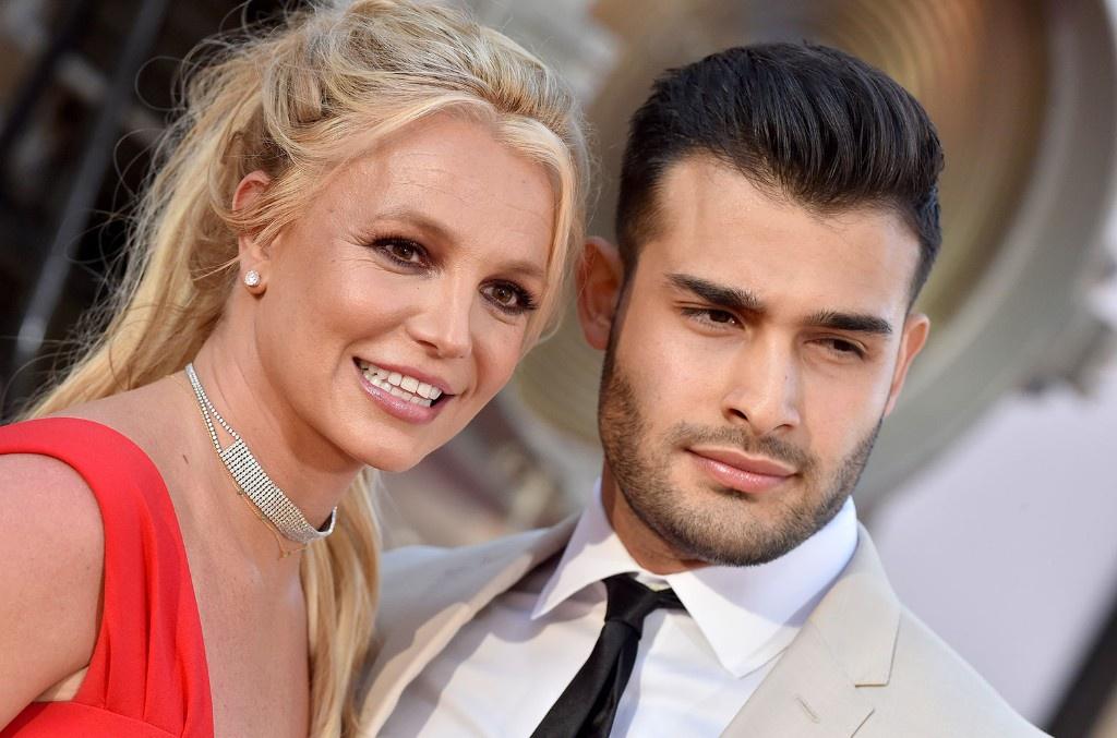 Britney Spears - cong chua mai me yeu duong va ly hon sau 55 tieng hinh anh 1 Britney_Spears_and_Sam_Asghari_july_2019_a_billboard_1548_1583260169_1024x677.jpg