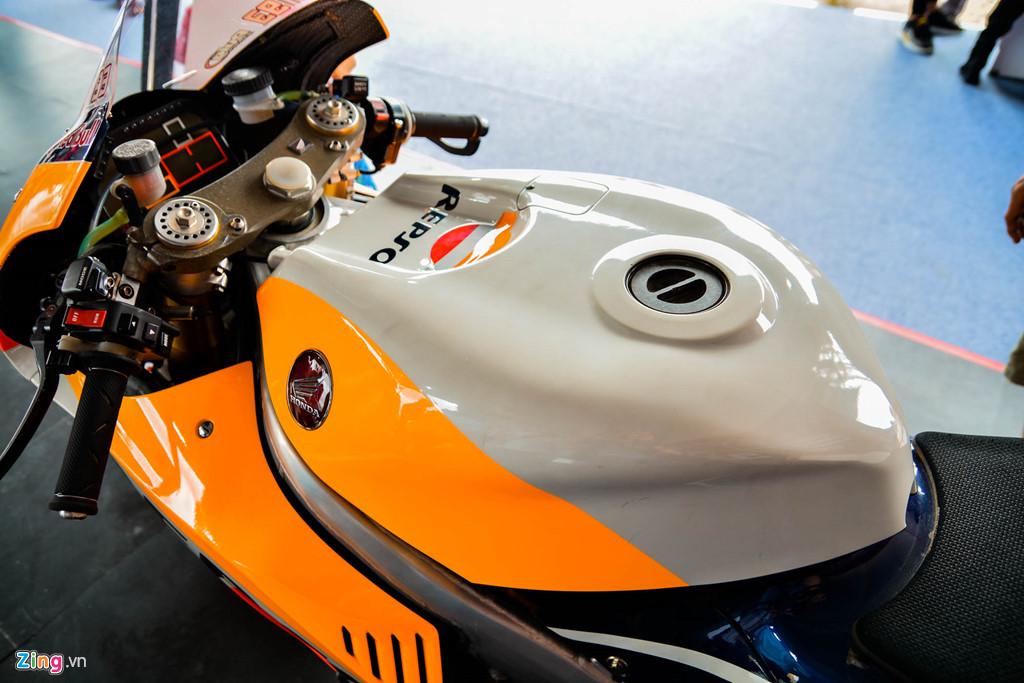 Chi tiet Honda RC213V tri gia 2 trieu USD ma Marc Marquez tung cam lai hinh anh 11