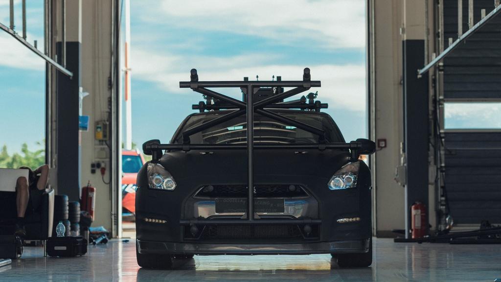 Chiec Nissan GT-R dung lam xe quay phim, nhanh hon ca xe dua hinh anh 2 2_GTRcamera.jpg