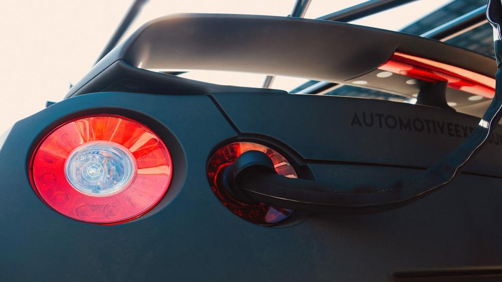 Chiec Nissan GT-R dung lam xe quay phim, nhanh hon ca xe dua hinh anh 5 5_GTRcamera.jpg