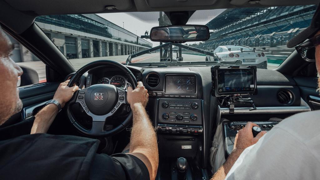 Chiec Nissan GT-R dung lam xe quay phim, nhanh hon ca xe dua hinh anh 6 6_GTRcamera.jpg