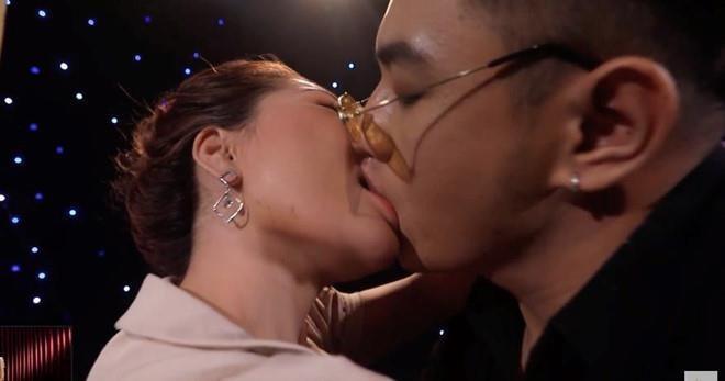 The luc gay ra on ao 'bo gia - con nuoi' dang dung trong bong toi hinh anh 3 ban_muonhen_ho.jpg
