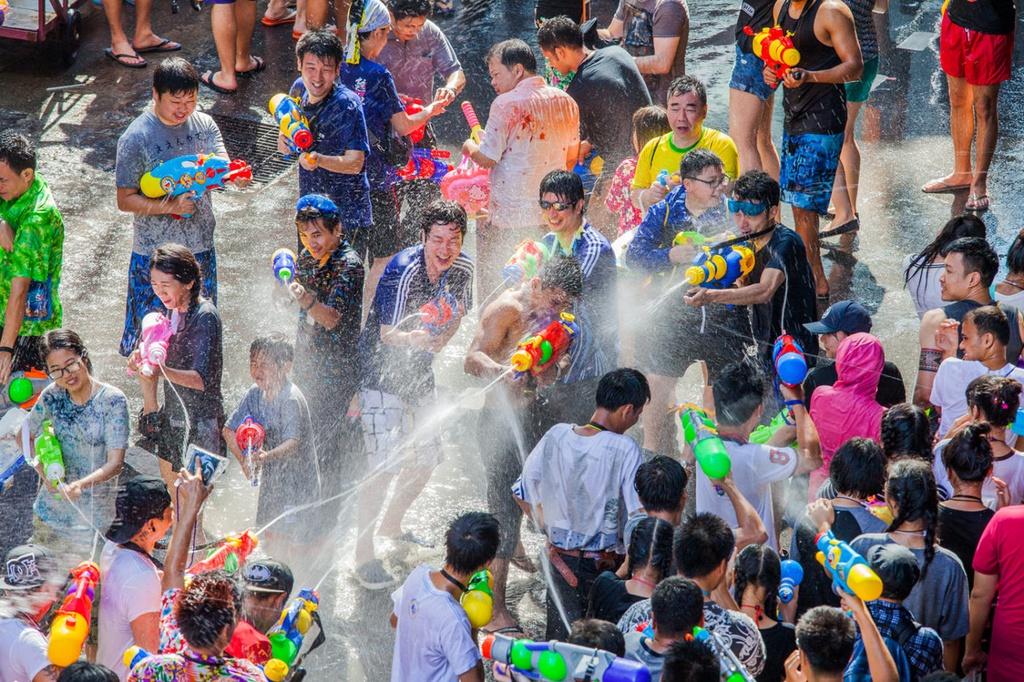 Nhay song giua dem va nhung kieu don nam moi tren the gioi hinh anh 5 songkran_festival_phuket_1400x932.jpg