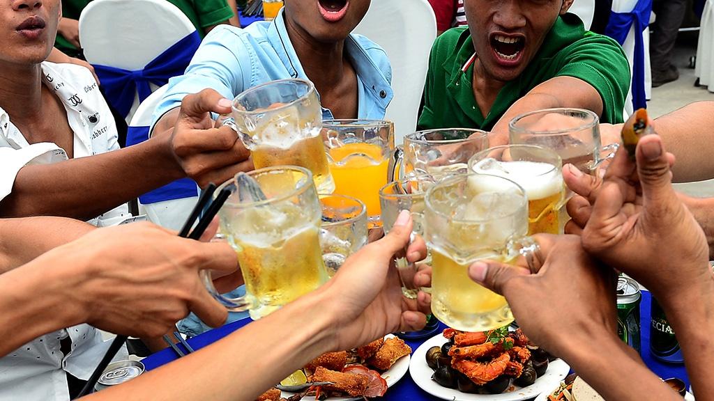 Bao Tay chi cach uong bia cua nguoi Viet Nam hinh anh 1 a.jpg