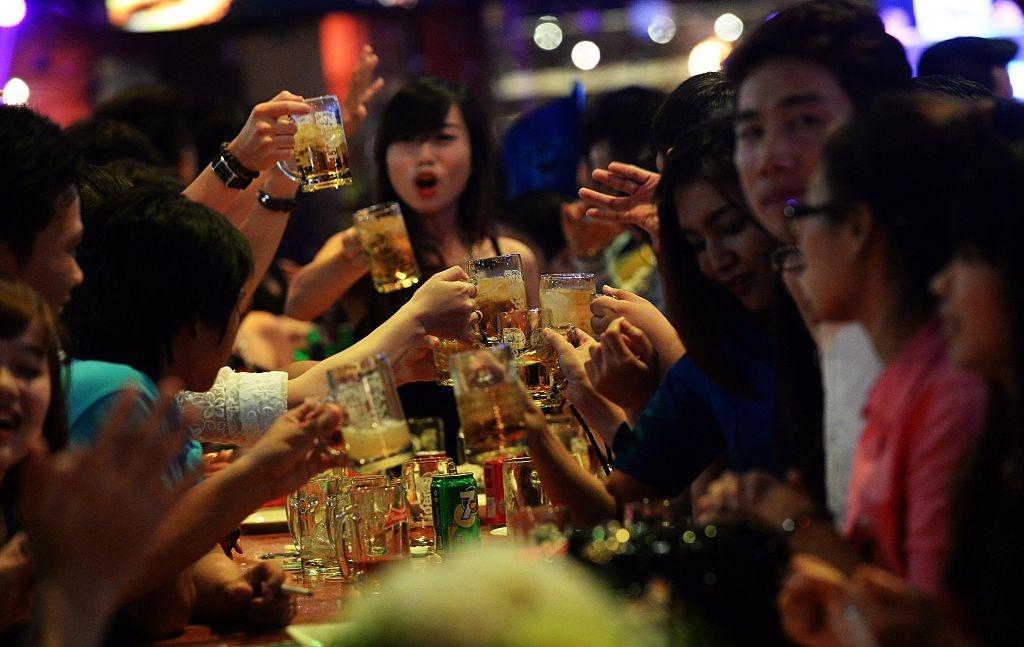 Bao Tay chi cach uong bia cua nguoi Viet Nam hinh anh 4 5e11d084bdc7c.jpg