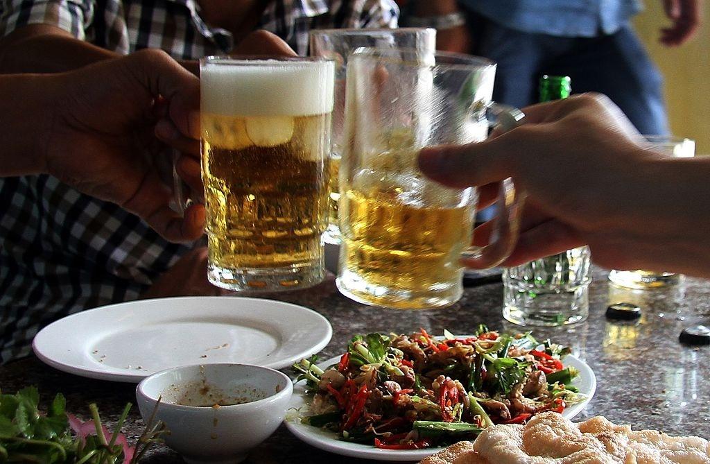 Bao Tay chi cach uong bia cua nguoi Viet Nam hinh anh 2 b.jpg