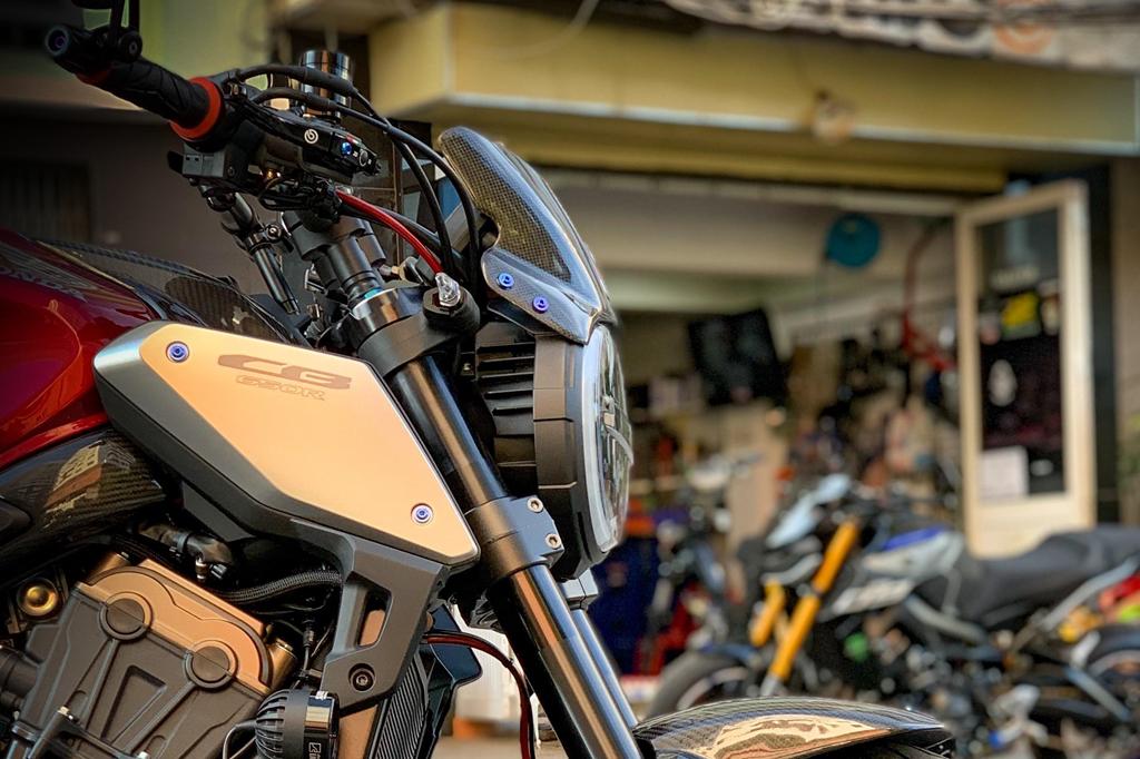 Honda CB650R voi goi do hang hieu cua biker SG, dat hon ca xe moi hinh anh 5