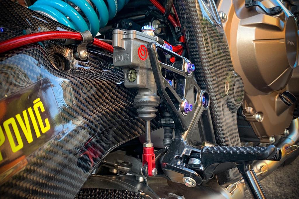 Honda CB650R voi goi do hang hieu cua biker SG, dat hon ca xe moi hinh anh 8