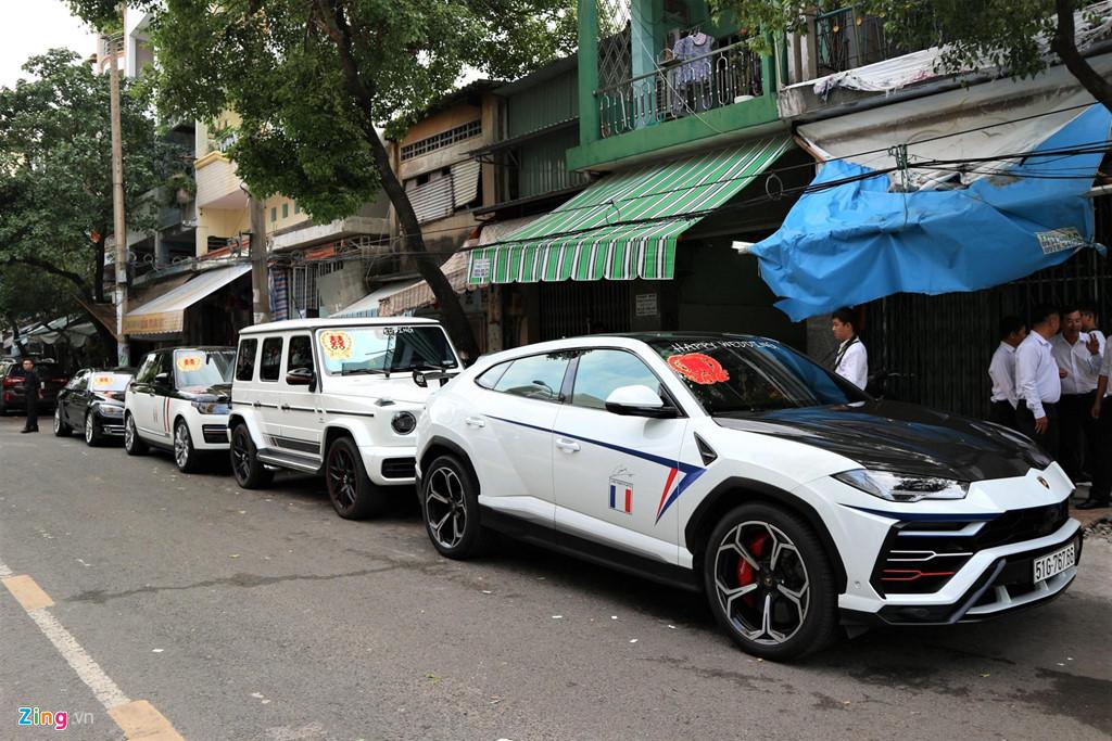Dan xe dua dau con gai Minh Nhua vang bong sieu xe Pagani Huayra hinh anh 1