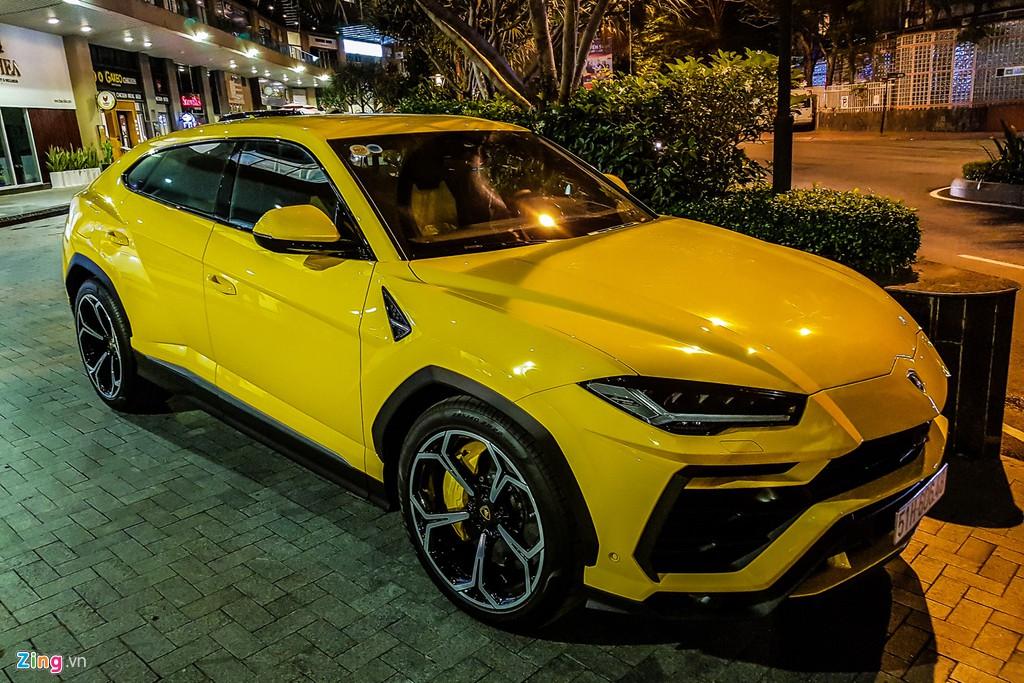 Lamborghini Urus mau vang dac trung xuat hien tren pho TP.HCM hinh anh 1
