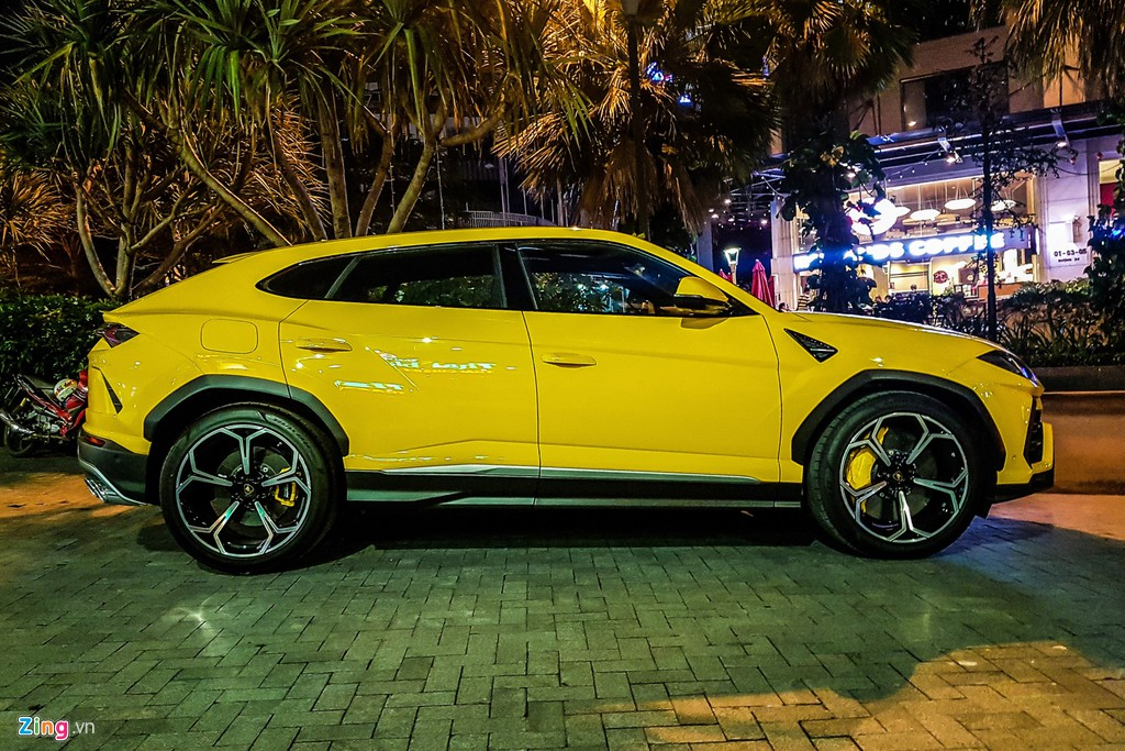 Lamborghini Urus mau vang dac trung xuat hien tren pho TP.HCM hinh anh 2