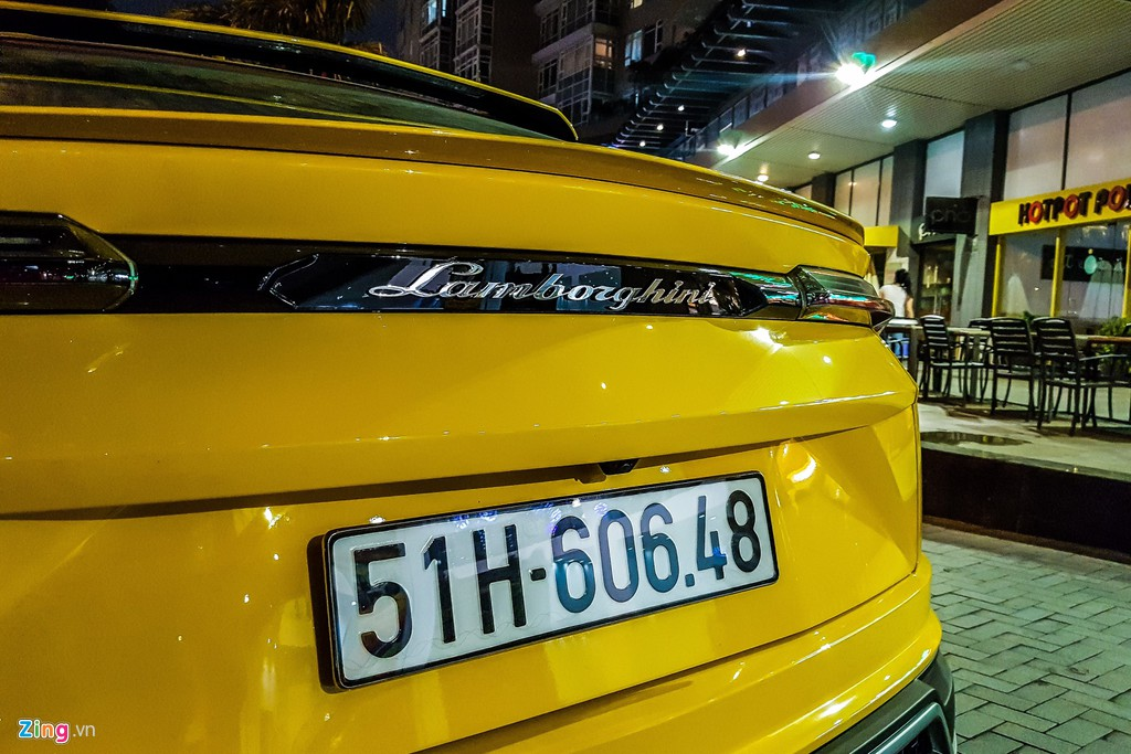 Lamborghini Urus mau vang dac trung xuat hien tren pho TP.HCM hinh anh 9