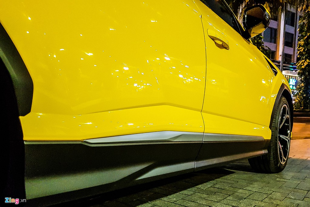 Lamborghini Urus mau vang dac trung xuat hien tren pho TP.HCM hinh anh 6