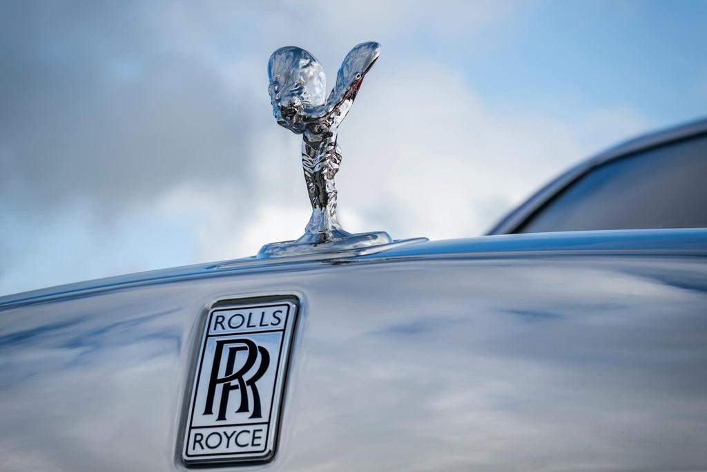 Rolls-Royce Phantom mau do doc nhat dau gia giup do benh nhan AIDS hinh anh 13