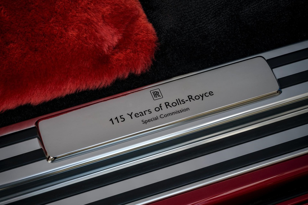 Rolls-Royce Phantom mau do doc nhat dau gia giup do benh nhan AIDS hinh anh 9