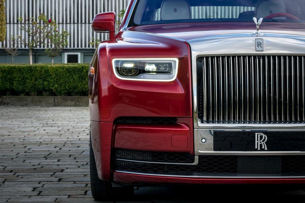 Rolls-Royce Phantom mau do doc nhat dau gia giup do benh nhan AIDS hinh anh 14