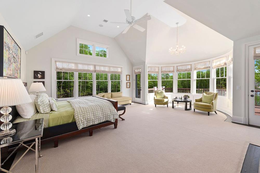 Phòng ngủ chính thoáng đãng, mát mẻ với những ô cửa sổ rộng lớn, được trang bị đầy đủ, và có riêng một không gian tiếp khách hình bán nguyệt.