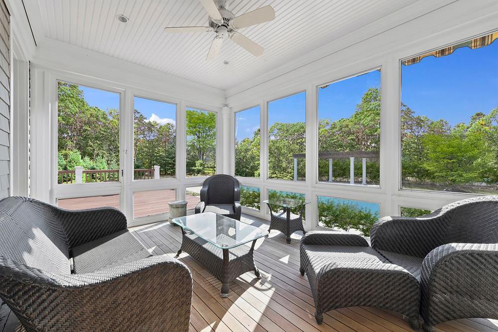 Hiên nhà cũng có những tấm cửa kính là nơi mà cả gia đình có thể tận hưởng những phút giây thư thái khi ngắm cảnh sắc thiên nhiên.