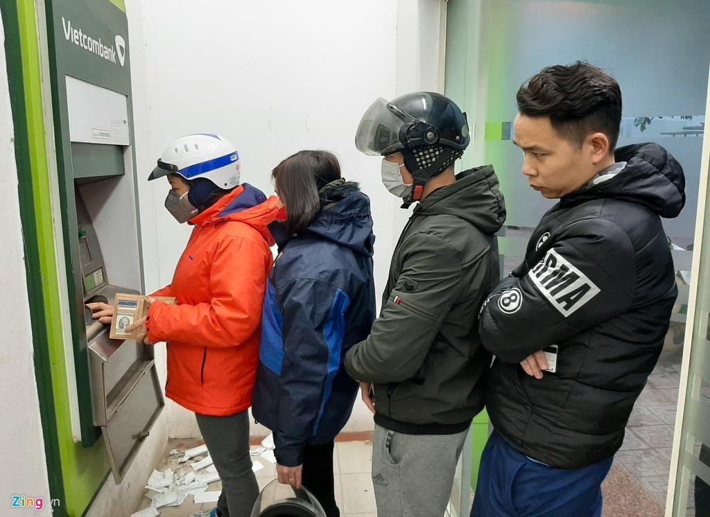 Xep hang tu to mo sang rut tien ATM ve que an Tet hinh anh 3 3_Rut_tien_giap_tet_zing10.jpg