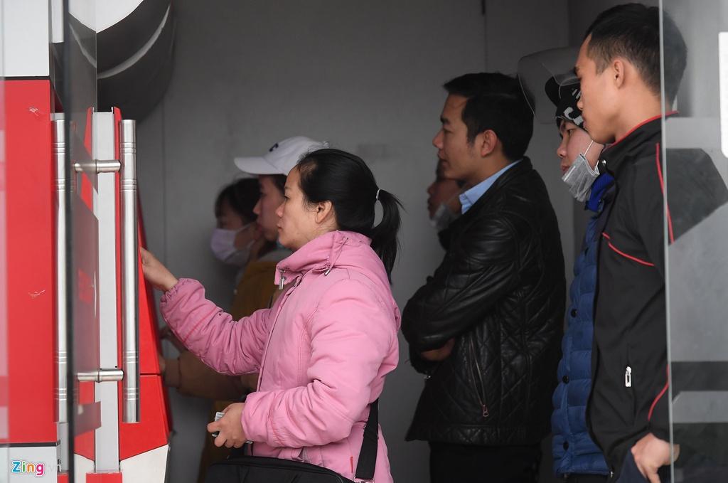 Xep hang tu to mo sang rut tien ATM ve que an Tet hinh anh 8 8_Rut_tien_giap_tet_zing8.jpg