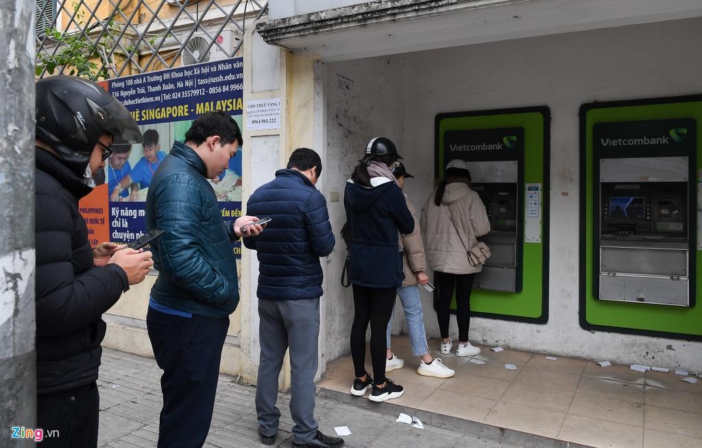Xep hang tu to mo sang rut tien ATM ve que an Tet hinh anh 9 9_Rut_tien_giap_tet_zing3.jpg