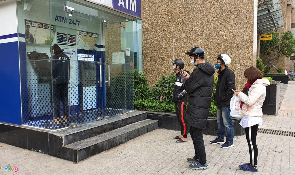Xep hang tu to mo sang rut tien ATM ve que an Tet hinh anh 12 rut_tien_zing_1_.jpg