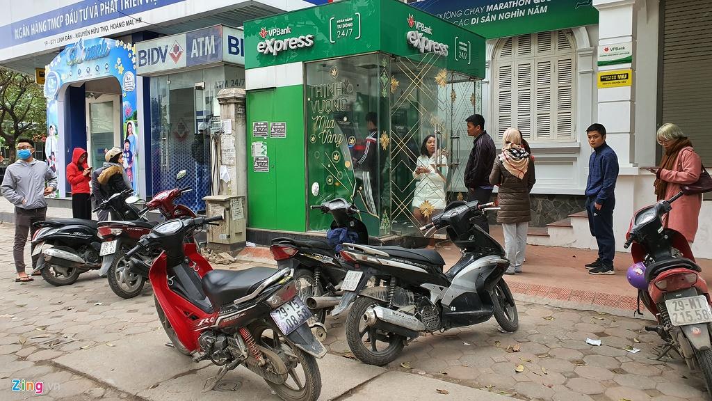 Xep hang tu to mo sang rut tien ATM ve que an Tet hinh anh 10 rut_tien_zing_3_.jpg