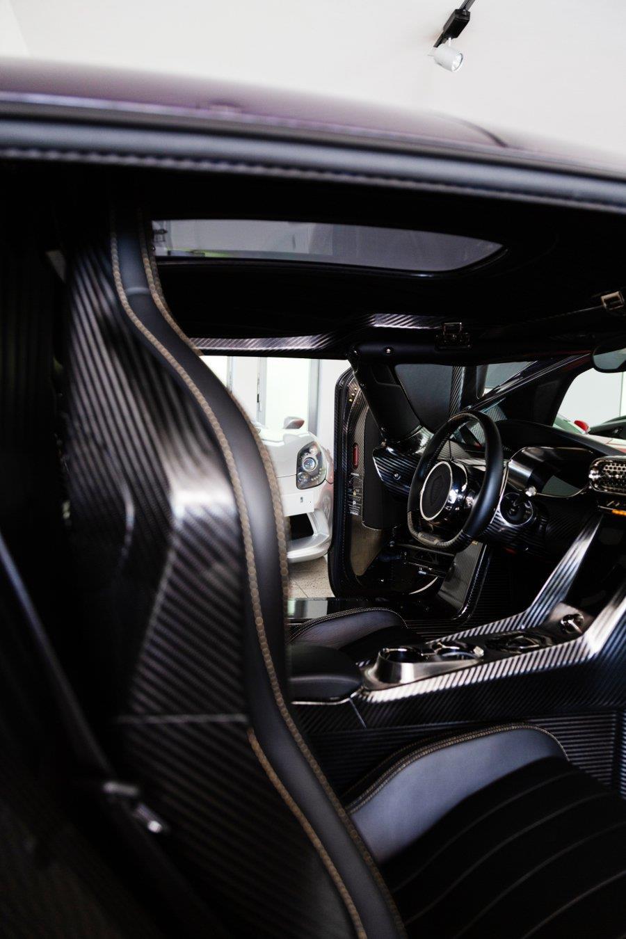 Koenigsegg Regera phu carbon tim 'chay luot' gia hon 3 trieu USD hinh anh 6