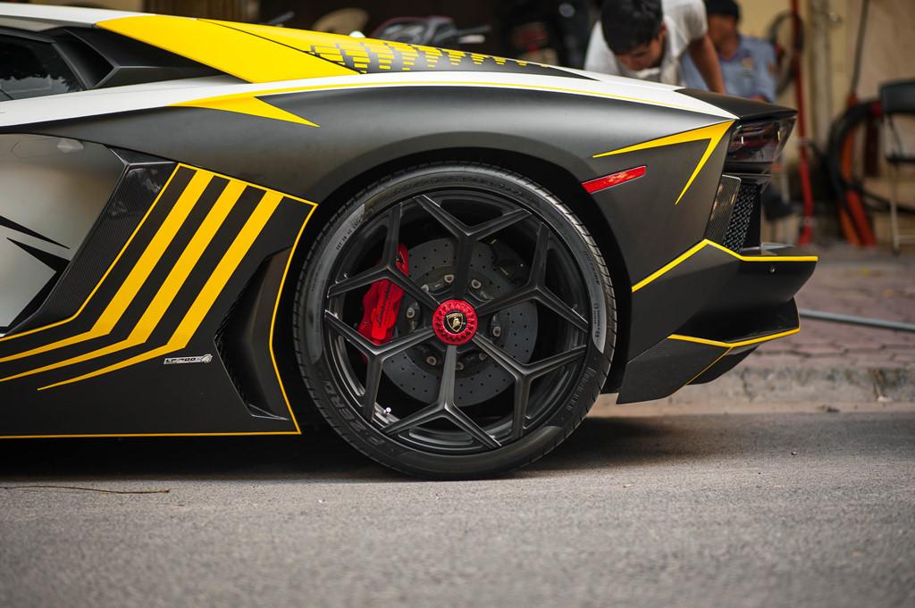 Lamborghini Aventador do ong xa khung, lot xac voi decal moi hinh anh 6