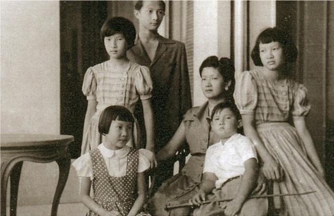 'La thu danh ghen' 66 chu Nam Phuong Hoang hau gui tinh nhan cua chong hinh anh 4 HoanghauNamPhuongvoi5nguoicontailaudaiThorencthanhphoCannesPhapkhoang1950.jpg