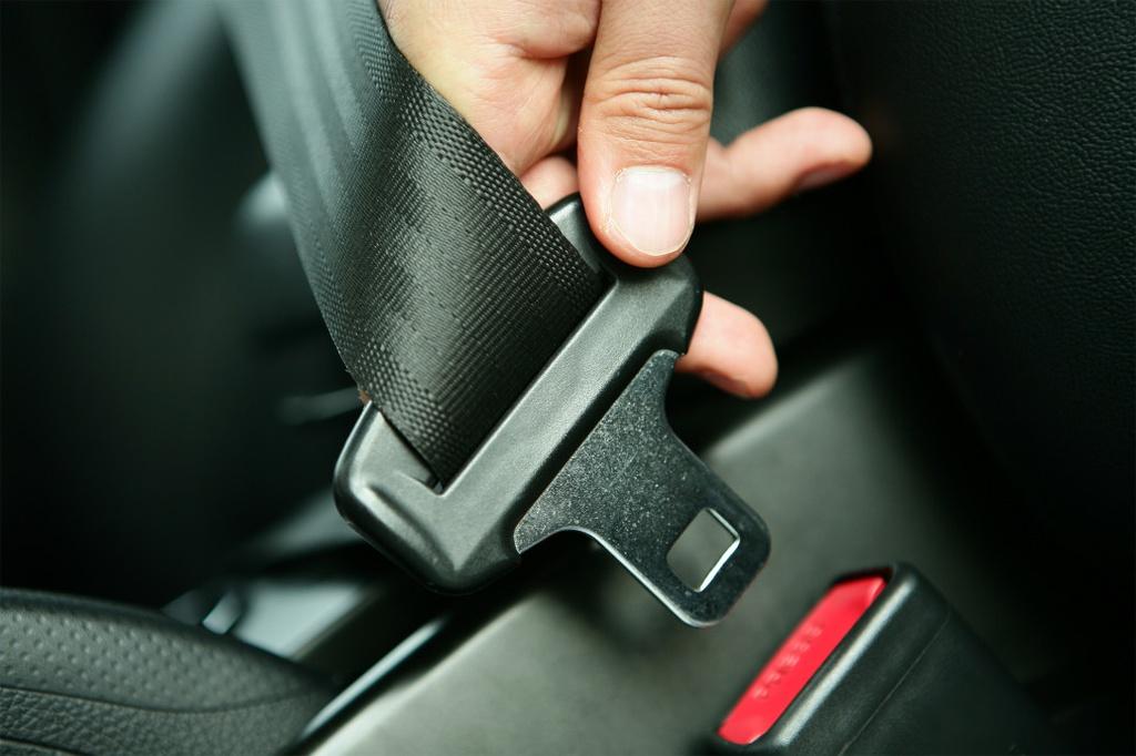 Nhung tinh nang an toan quan trong nhat tren oto hinh anh 1 seatbelts_car_safety_laws.jpg