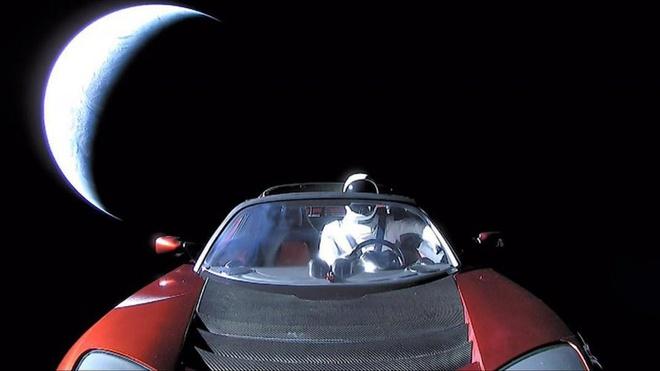 Chiec xe Tesla da bay hon 1,6 ty km trong khong gian hinh anh 4 Tesla_Roadster_Starman.jpg