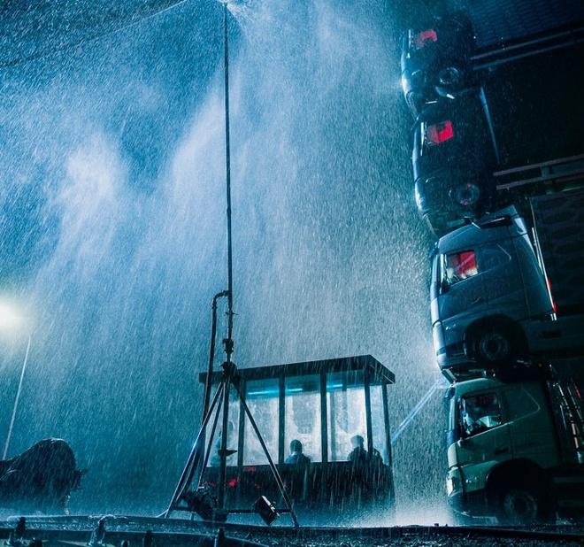 Volvo chong 4 xe tai len nhau chay tren duong hinh anh 6 Volvo_Trucks_launch_film_4.jpg