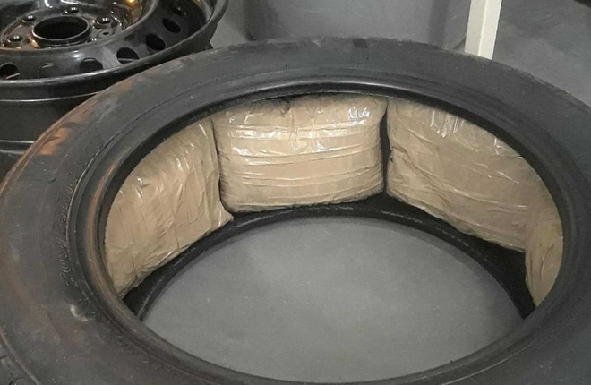 Giau luong ma tuy tri gia 4 trieu USD vao lop xe ban tai Ford F-150 hinh anh 1 ford_tire_packed_with_meth.jpg