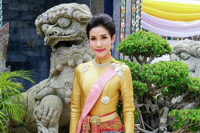 Hinh anh Hoang quy phi Thai mac quan phuc, ao croptop gay bao mang hinh anh 3