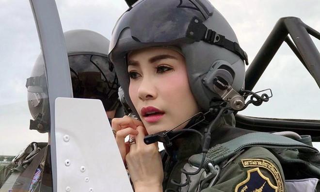 Hinh anh Hoang quy phi Thai mac quan phuc, ao croptop gay bao mang hinh anh 1