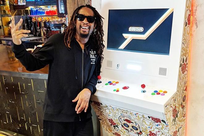 Rapper Lil Jon bi cau luu o Tan Son Nhat vi mang qua nhieu vang hinh anh 1