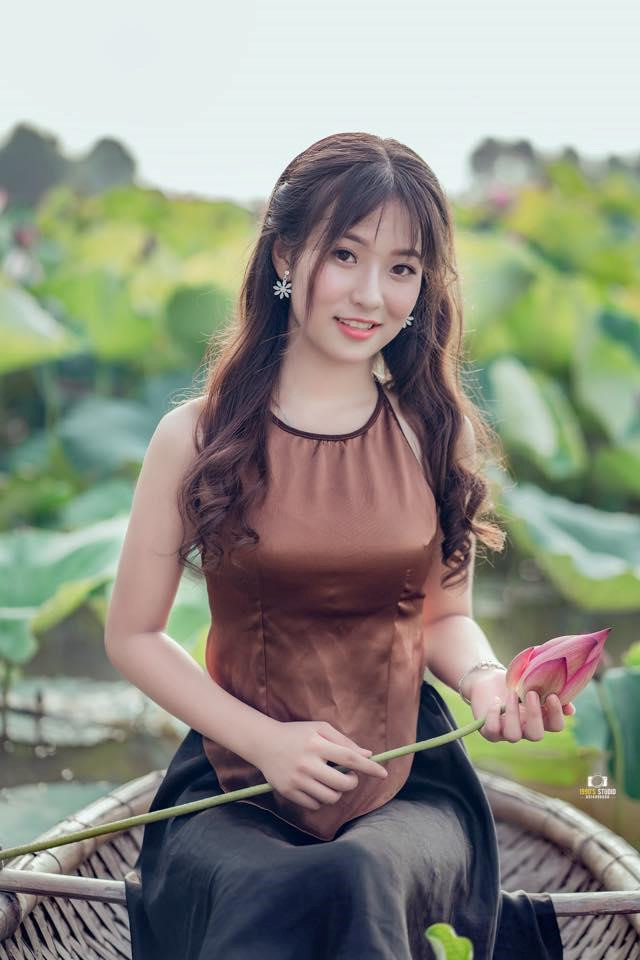 Nu sinh Thai Nguyen bong noi tren mang sau bai mua o le khai giang hinh anh 4