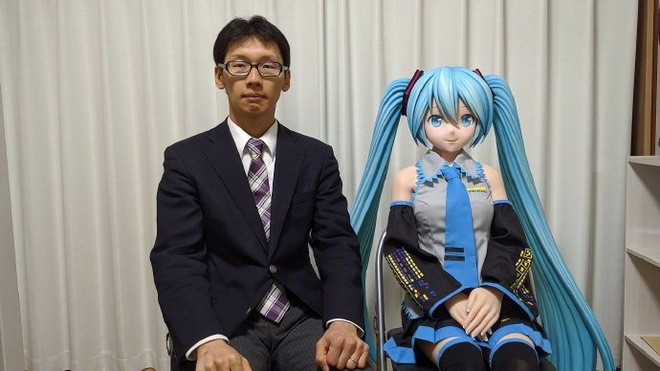 Người đàn ông Nhật Bản hạnh phúc sau một năm cưới 'vợ ảo'