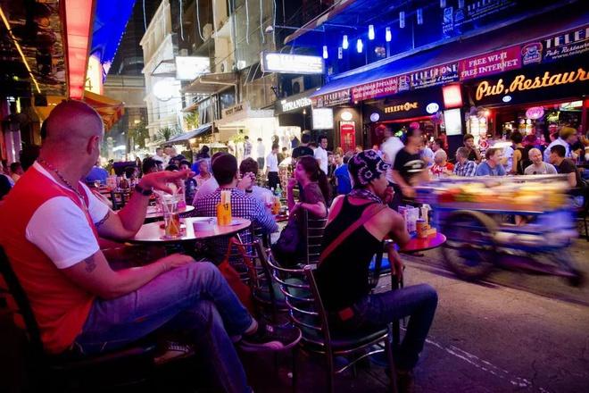 Singapore, UAE phat nang, bo tu nguoi uong ruou bia noi cong cong hinh anh 7 eaab1af4fa4c03125a5d.jpg