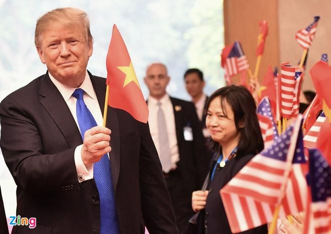 Hanh dong bat ngo cua TT Trump khi gap Thu tuong hinh anh 1