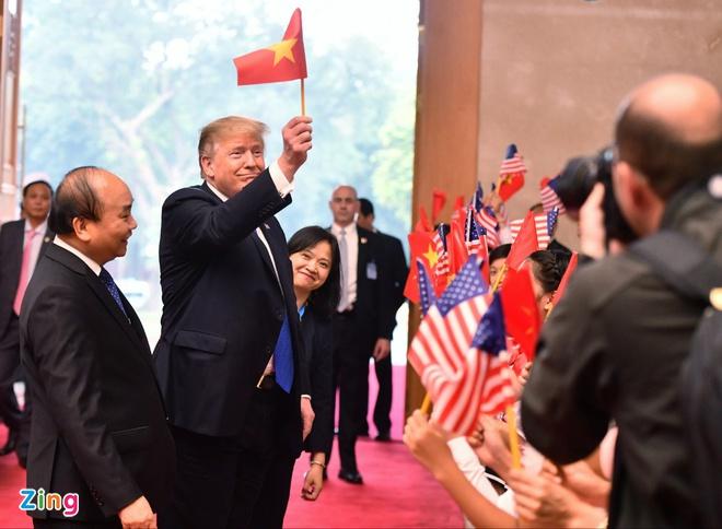 Hanh dong bat ngo cua TT Trump khi gap Thu tuong hinh anh 3