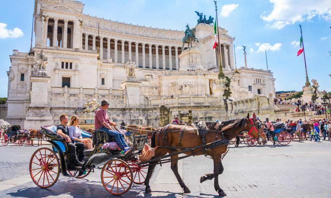 Kien nghi cam xe du lich o Rome sau khi ngua nga guc tren duong pho hinh anh 1