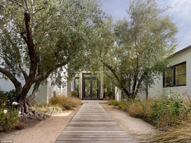 Không gian sân vườn cũng là địa điểm lý tưởng cho nam diễn viên tận hưởng những phút giây tản bộ dưới những tán cây ô liu.